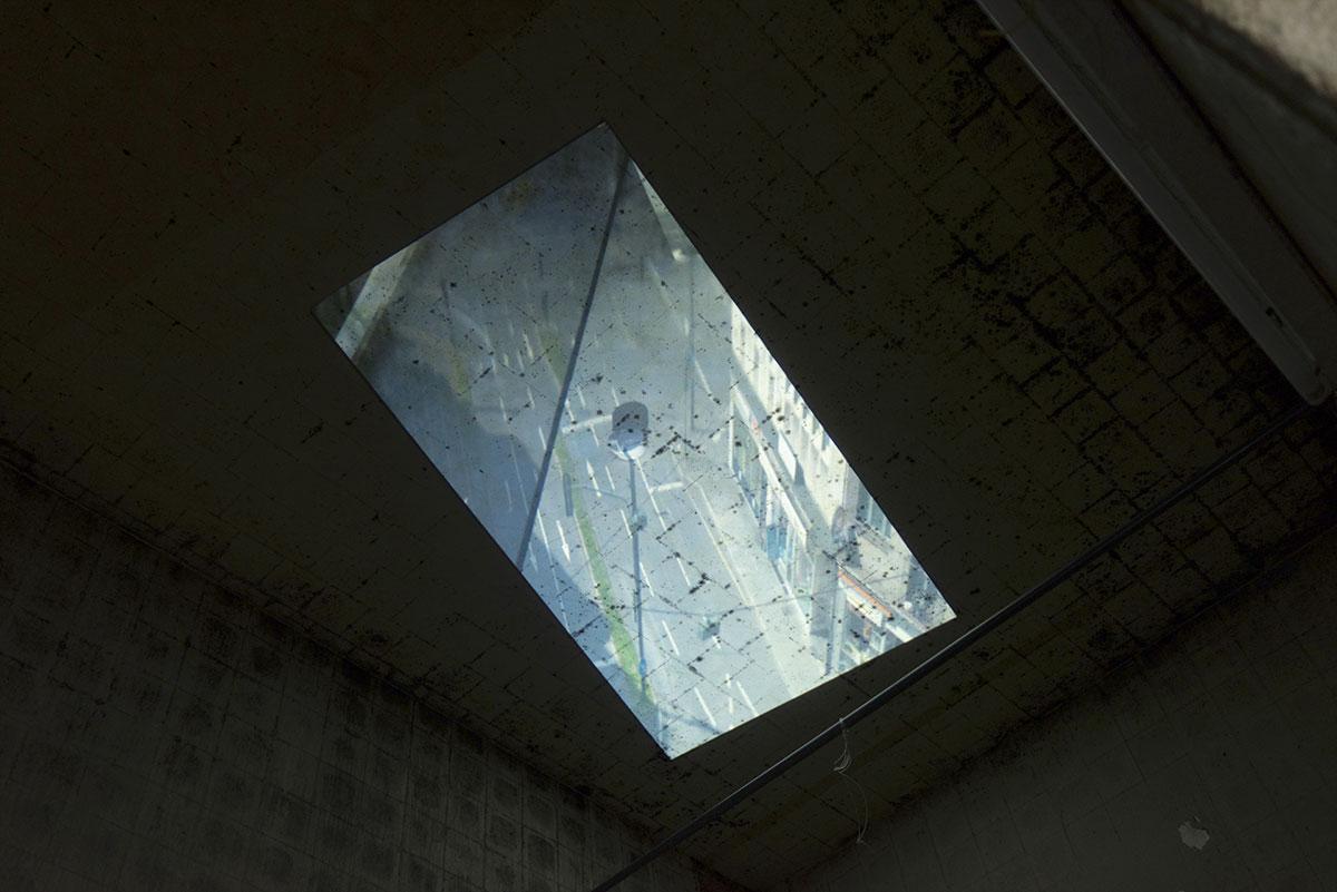 Der Platz im Zimmer 52, Videosequenz im Loop, Ausstellungsansicht Weltkunstzimmer, Düsseldorf 2021