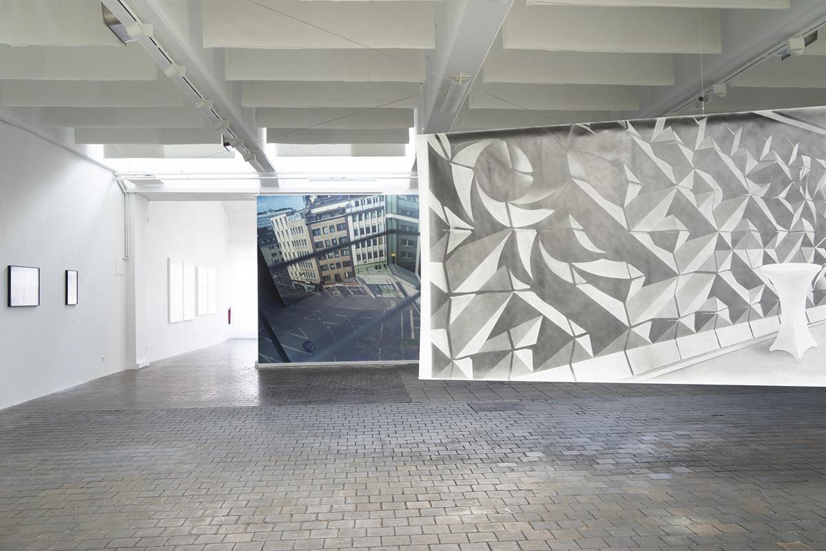 hinten links: Bärbel Möllmann, Der Platz im Zimmer 52, vorne rechts: Klaus Walter, Idol, Ausstellungsansicht Weltkunstzimmer, Düsseldorf 2021
