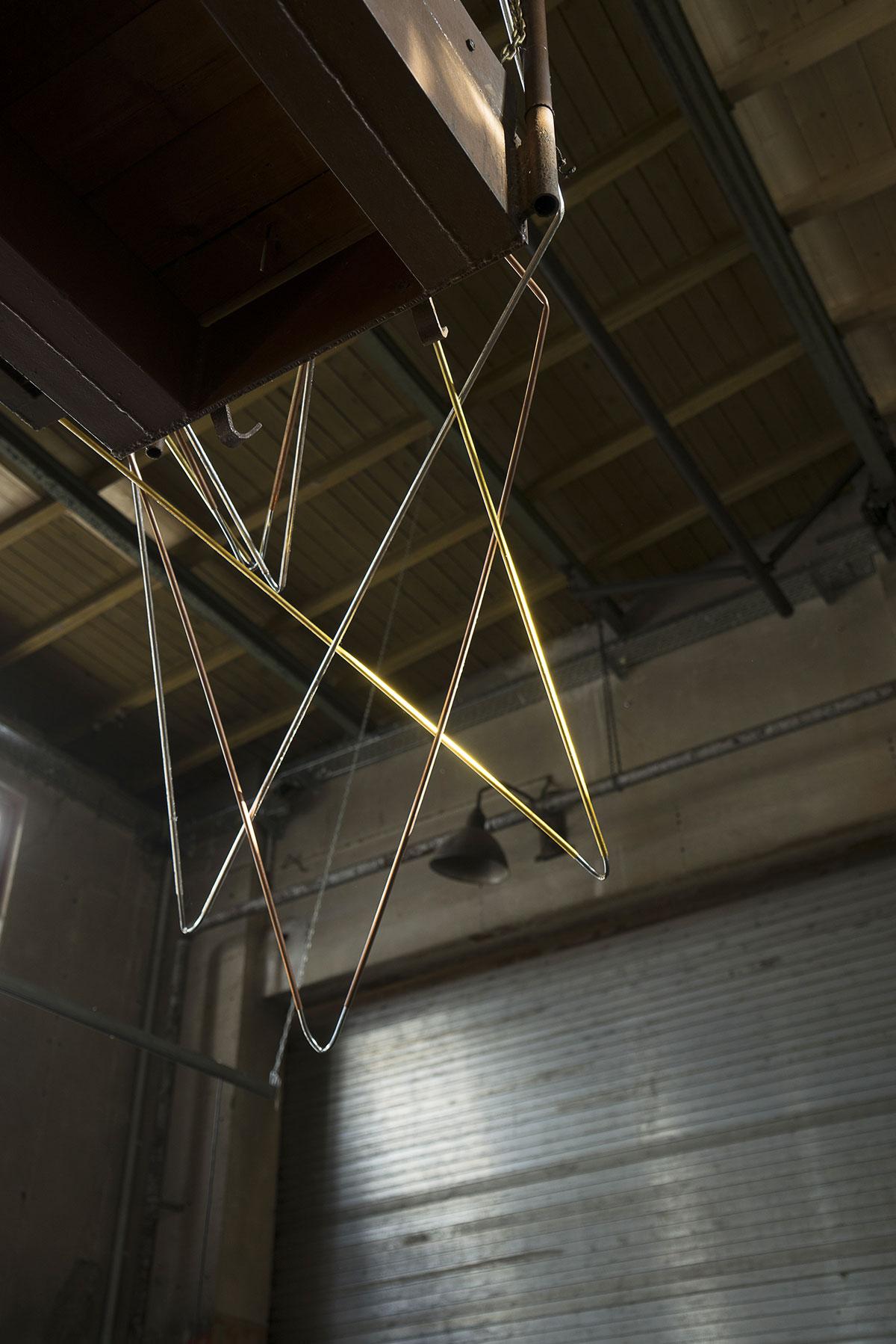 ohne Titel, Installation, (Detail), Kupferrohr, Blattsilber, Blattgold, Ausstellungsansicht GEH8, Dresden, 2020