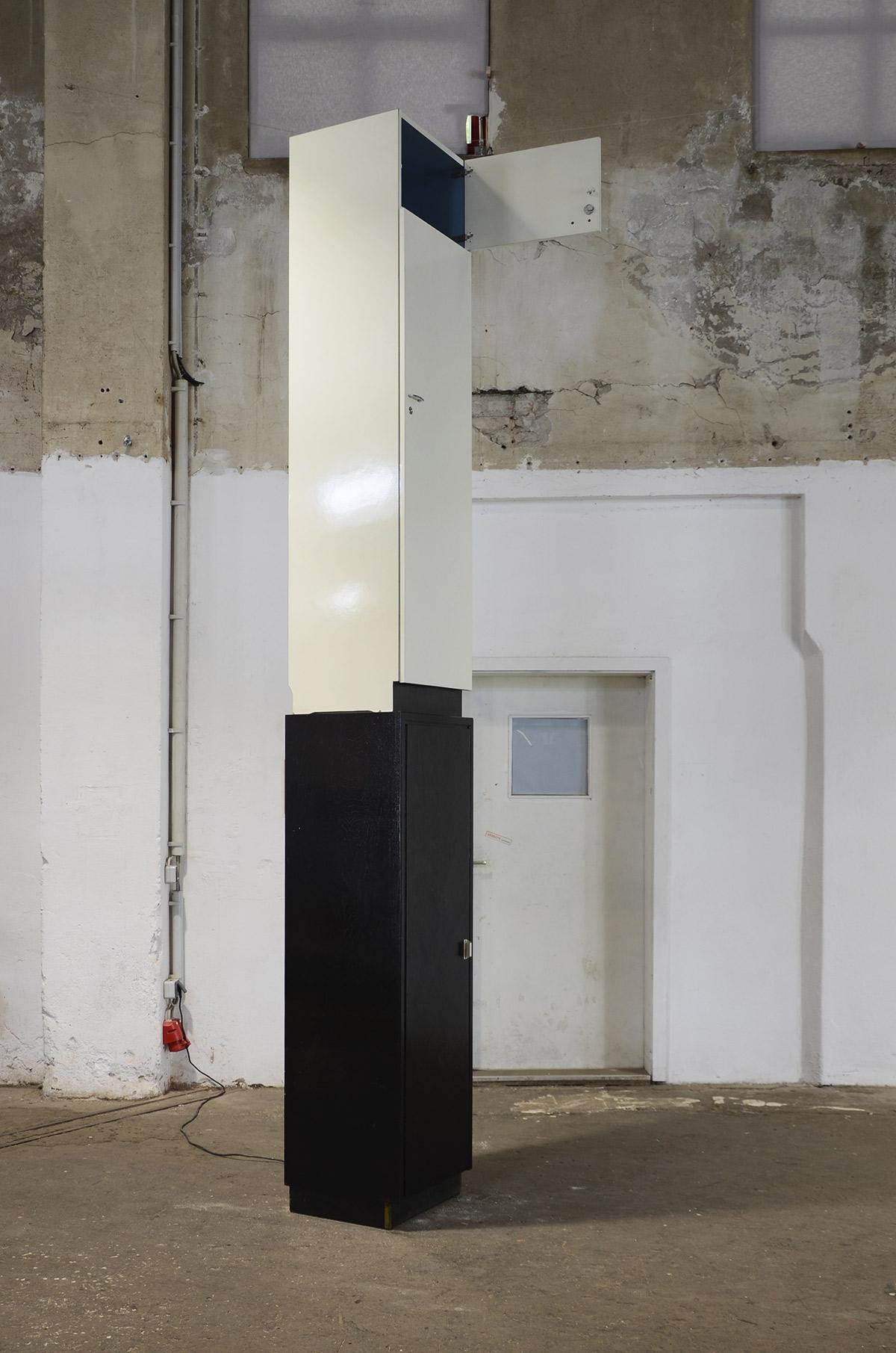 Turm, temporäre Rauminstallation, 2 Besenschränke, Halogenstrahler, Elektrokabel, Zeitrelais,  370 cm x  45 cm x 52 cm, 2020, Ausstellungsansicht 1: GEH8, Dresden, 2020