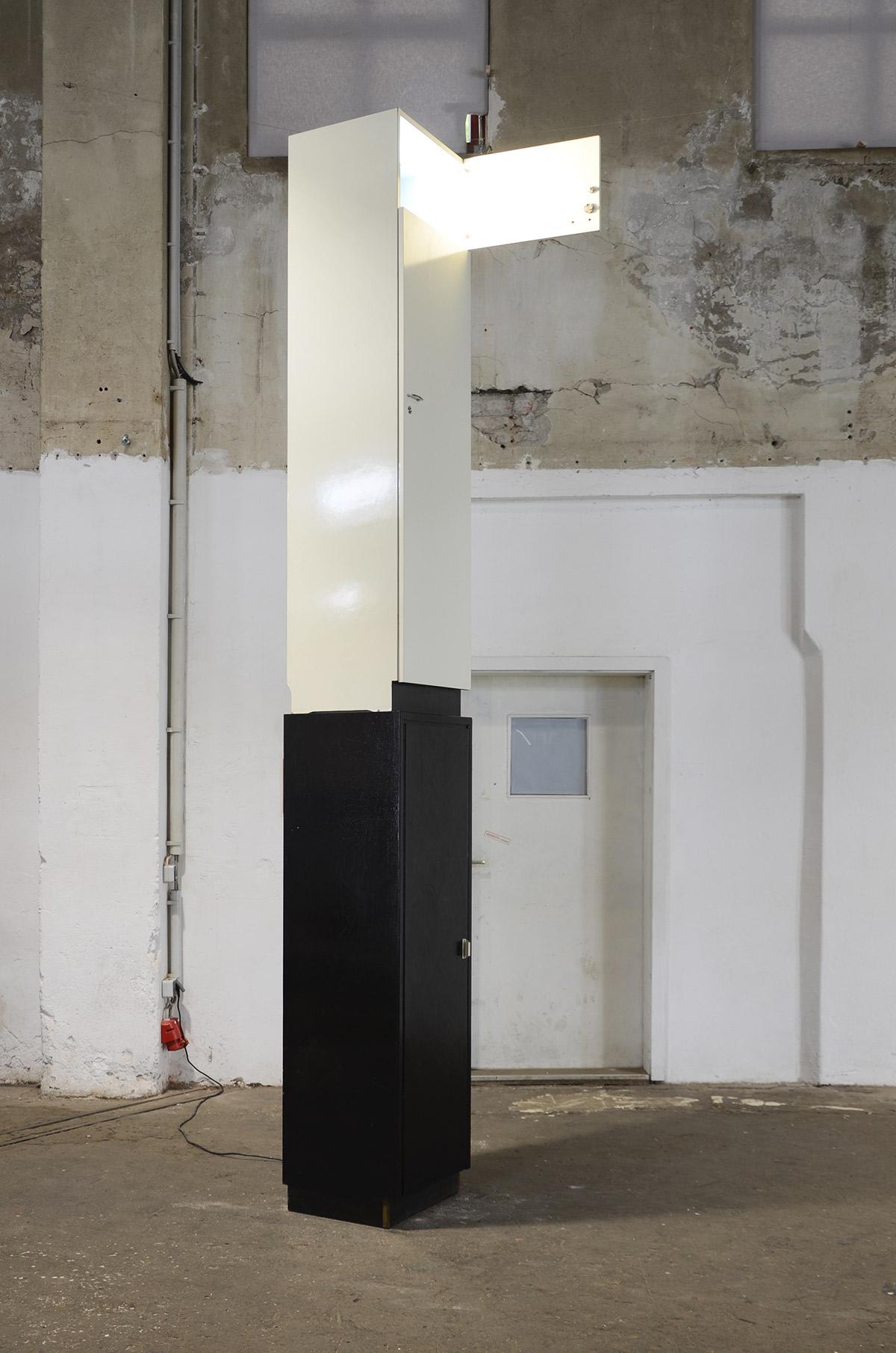 Turm, temporäre Rauminstallation, 2 Besenschränke, Halogenstrahler, Elektrokabel, Zeitrelais,  370 cm x  45 cm x 52 cm, 2020, Ausstellungsansicht 2: GEH8, Dresden, 2020