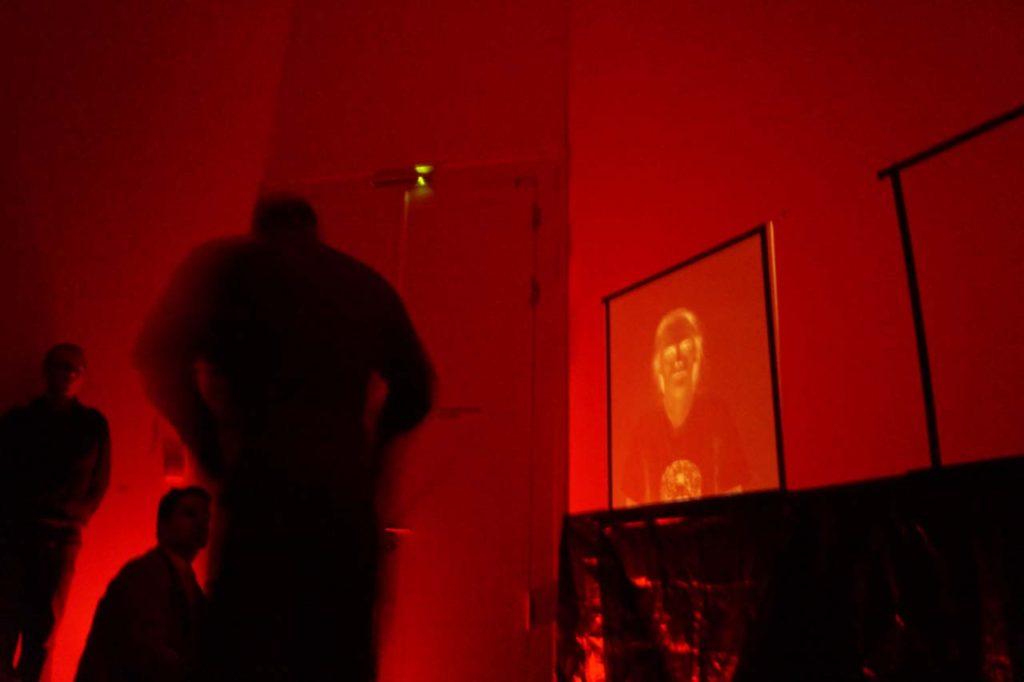 """Performance Joachim Seinfeld zur Vernissage der Ausstellung """"Sehnsucht nach dem Jetzt"""" im Schloss Biesdorf Berlin. 23. Februar 2020. Foto: Nina Hartmann"""