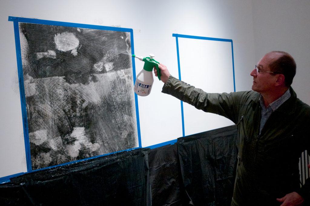 "Performance Joachim Seinfeld zur Vernissage der Ausstellung ""Sehnsucht nach dem Jetzt"" im Schloss Biesdorf Berlin. 23. Februar 2020."