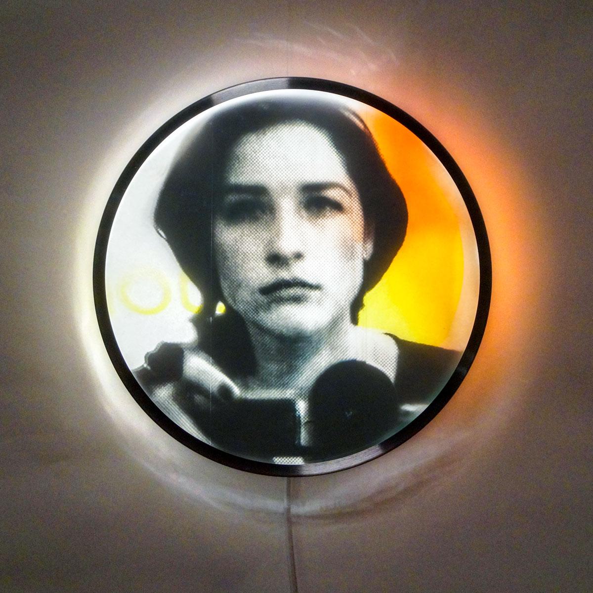 ... Follows You (01), interaktives Lichtobjekt, Part von Desir de maintenant, ø 31 cm, 2020