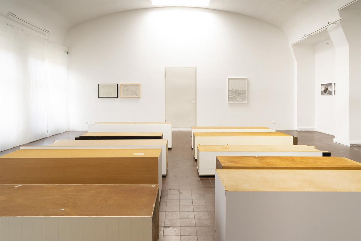 10 Schränke, gebrauchte Küchen- und Besenschränke größter Schrank: 2 x 0,5 x 0,6 m, 2021, Ausstellungsansicht Weltkunstzimmer, Düsseldorf 2021