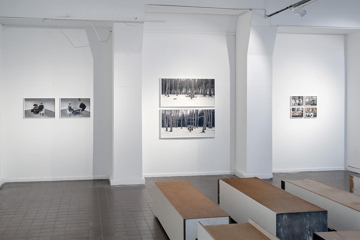 8 Fotografien aus der Serie Bildling, Vodergrund: Ulrike Kötz, 10 Schränke, Ausstellungsansicht Weltkunstzimmer, Düsseldorf 2021