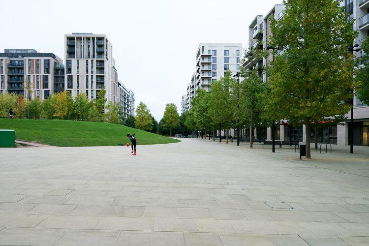 Half Alive (Olympic Village, London, 2017), Pigment Inkjet Druck, 48,3 x 72,3 cm,  2020