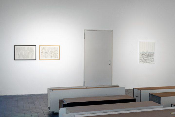 v.l.: untitled (Trang Bang), untitled (Etappenquartier), Abschnitt und Moment #9, Vordergrund: Ulrike Kötz, 10 Schränke, Ausstellungsansicht Weltkunstzimmer, Düsseldorf 2021